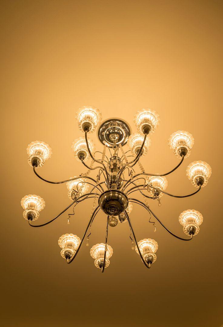 Exaltar decoración recursiva en nuestras viviendas, manteniendo la estética y el buen gusto, es posible. Por ejemplo, reducir una gran cantidad de bombillos en una lámpara tipo araña, que pueda reflejar desde un solo lugar diferentes ángulos, nos ayudará a economizar la iluminación. #nuestroladodeco #diseño #deco #decoracion #ecologico #modernidad #arquitectura