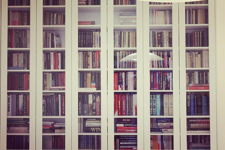 Bardzo lubimy czytać książki ostatnio miałem okazję sięgnąć po lekturę Shantaram. A wy co ostatnio przeczytaliście? #książki #książka #bookshelf #shelf #regal #lovefurniture #meble #furniture #meblenawymiar #biel #white #bookcase #booklover #warsaw #warszawa #polska #decor #design #lektura #czytanie