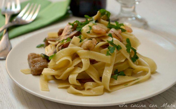 Le tagliatelle funghi zucchine e gamberetti sono un primo piatto molto saporito e di semplice realizzazione. Funghi zucchine e gamberetti un mix perfetto