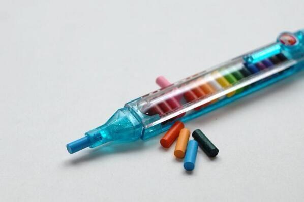 OMG! L'avevo rimossa! La penna di plastica ripiena di punte di matita colorate intercambiabili! Scomodissima, ma sembrava una roba super-tecnologica, ai tempi! XD