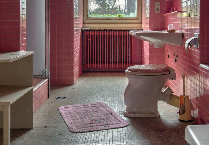 """Jeder braucht es jeden Tag  doch nicht jeder hat es. In Deutschland ist die Situation vergleichsweise gut. Nur rund 300.000 Wohnungen hierzulande verfügen laut Wohnraum- und Gebäudezählung nicht über ein eigenes Bad oder WC. Wenns uns drückt wird das stille Örtchen aufgesucht ganz selbstverständlich also. In anderen Ländern ist das nicht selbstverständlich: Zwar muss jeder mal doch wie sagt man so schön? Andere Länder andere Sitten.""""  Voller Humor betrachte ich im Nachhinein natürlich alle…"""