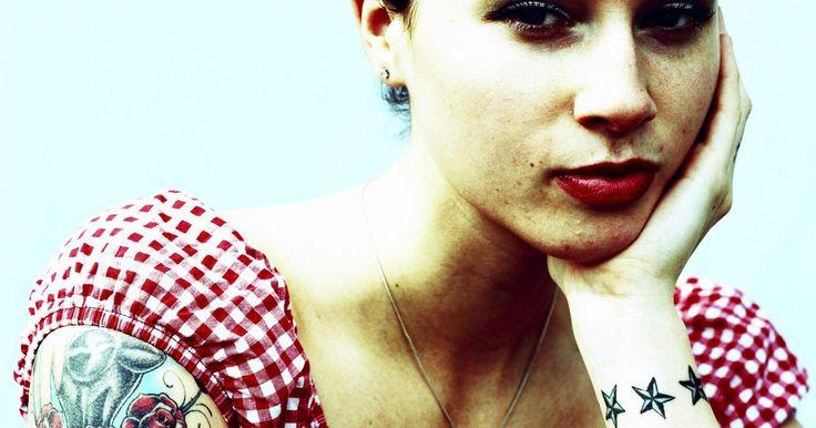 Como cuidar de uma tatuagem feita recentemente. Em geral, tatuagens novas ficam muito sensíveis durante cerca de uma semana após terem sido feitas. Além disso, elas podem ficar em alto relevo por um tempo depois de tatuar, já que os poros da pele dilatam quando são preenchidos com tinta. Esse é o jeito que o corpo encontra para tentar se curar do trauma que é uma tatuagem. No entanto, existem ...