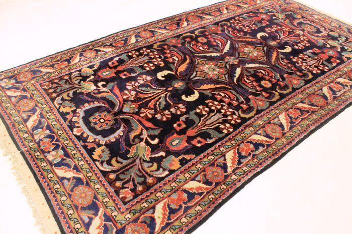 Aangeboden wordt een met de hand geknoopt Perzisch oosters tapijt.  Deze tapijten zijn gemaakt in befaamde knoopgebieden.  Deze stukken zijn kunstwerken van de beste kwaliteit, zowel in materiaal als in handwerk.    Kijkt u alstublieft naar het tapijt met geduld en aandacht. Van elk handgemaakt tapijt zijn het ontwerp, de schoonheid en de kleurharmonie uniek en daarom een kunstwerk op zichzelf.  Wij garanderen dat het bovenstaande tapijt een echt handgeknoopt oosters tapijt is.  Provincie…