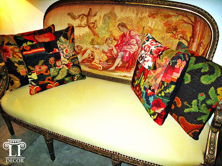 Sofá Francés Luis XVI con tapicería AUBISSON, cojines Karabagh sobre el sofá. http://www.lpdecor.co/