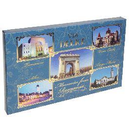 Bucurati-va de 12 bomboane delicioase de ciocolata cu lapte si crema de prune!Bomboanele sunt asezate intr-o cutie extrem de eleganta, albastra, pe care puteti admira 5 dintre cele mai impresionante cladiri si monumente din Romania: Castelul Bran, Arcul de Triumf din Bucuresti, Piata Sfatului din Sibiu, Palatul Prefecturii din Targu Mures si Opera din Timisoara.(Memories from Romania)