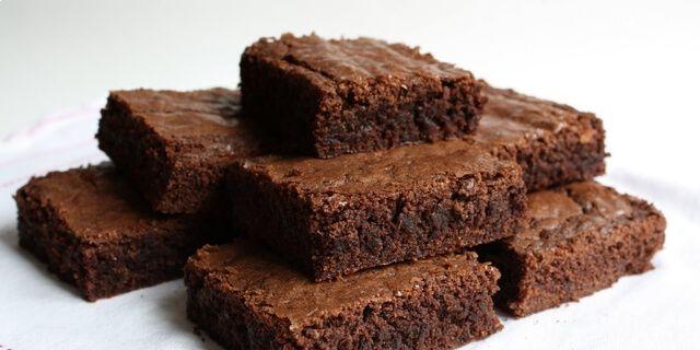 Doporučuji každému recept na tento čokoládový dezert.  Naprosto skvělá volba pro milovníky čokolády. Pokud nevíte co přichystat na rychlo rodině či návštěvě, tak tohle je skvělý typ. Tento dezert je velice jednoduchý, rychlý a chuťově vynikající. Budete potřebovat jen pár surovin. Ingredience: 200 g kvalitní hořké čokolády 250 g třtinového cukru 160 g másla …