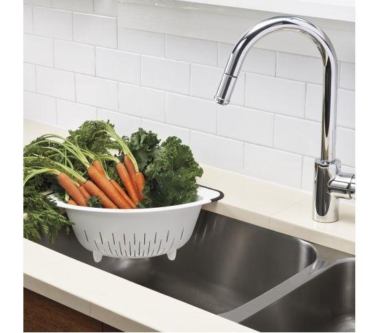 OXO Good Grips - Durszlak narożny biały warzywa marchewka