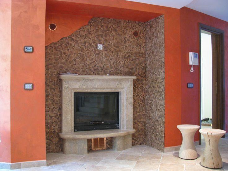 Caminetto in pietra di Trani con rivestimento in cocco mosaico .