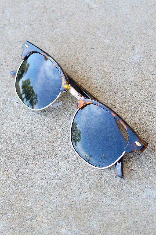 Ladies, we're going retro! That's right, we've got the perfect sunglasses to throw on when you need to complete your boho look! These beauties have the traditional club master framing that features to