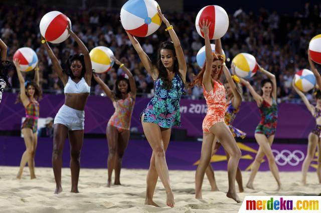 Para penari tampil menghibur penonton dan para atlet yang berlaga di cabang olahraga Voli Pantai di Olimpiade 2012 London.