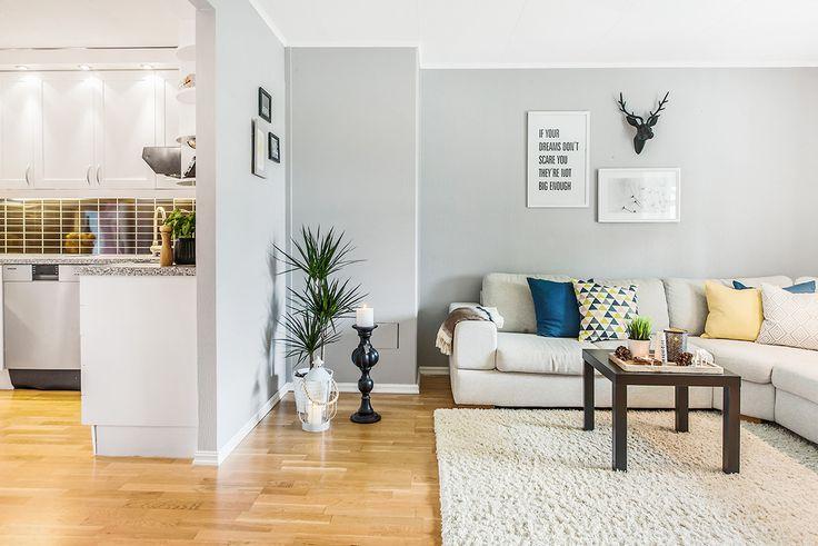 Koselig stue innredet på budsjett. Det trenger ikke å være dyrt for å få det fint ! Sofa og gulvteppe - Skeidar Veggdekor- Kremmerhuset, Ikea Pynteputer -Ikea, Ellos og Kremmerhuset
