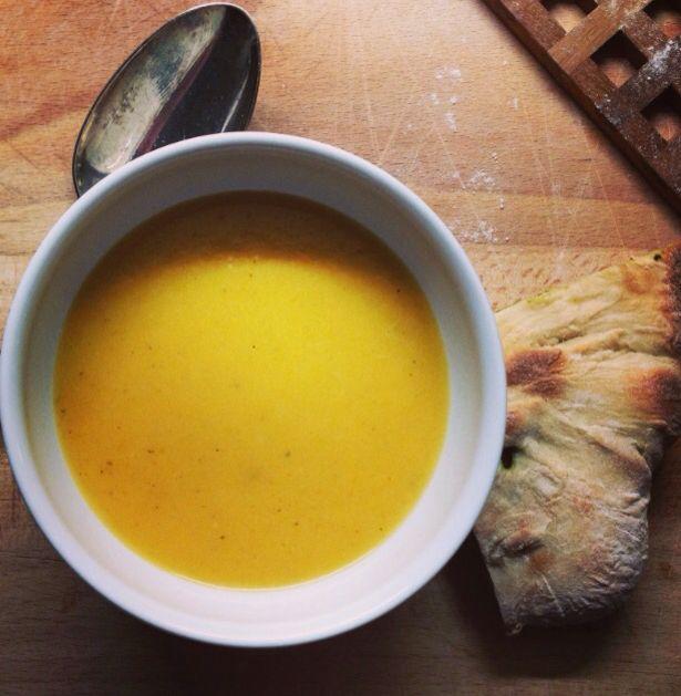 squashsuppe. Grill i ovn en storskivet græskar/ squash sammen med 2 fed hvidløg og 3-4 æbler krydret med olie og salt. Når det er mørt fjernes skrællen fra græskaret og blendes sammen med hvidløg, æblerne og 1 liter bouillion. smages til.  Server dertil stegte æblebåde og lidt stegt serano.  2-3 chili i skiver  samt 1 fed hvidløg koges i 1/2 l. olie i 5 min. og trækker i mindst 30 min.  Hæld på flaske. chili olien bruges som ekstra topping på suppen.