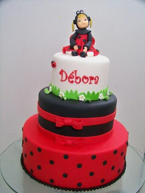 Ladybug Cake...je n'aime pas cette coccinelle mais j'aime le gâteau rouge à pois et l'autre avec des rubans.. mais peut-être pas noir.. vert?