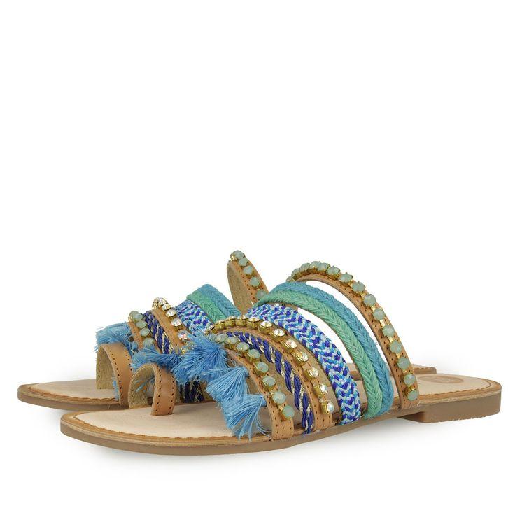 Sandalias de piel color marrón de tiras finas recubiertas de abalorios de estilo étnico en tonos azules. Tira para el dedo índice. Corte, forro y plantilla en piel. Las sandalias más divertidas de la temporada!