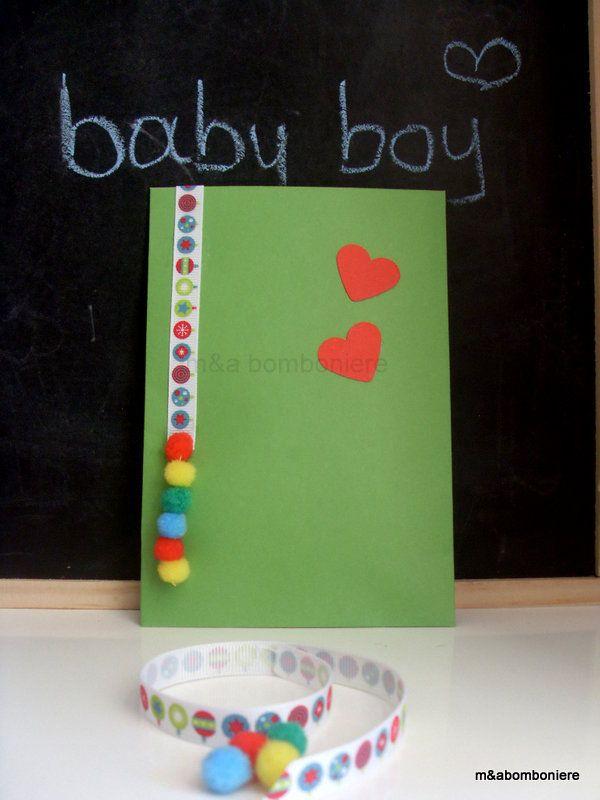 Μια τόσο παιδική, γεμάτη χρώματα μπομπονιέρα, με κόκκινες καρδούλες και πολύχρωμα πομ πομ!! Σε πράσινο φακελάκι με μια όμορφη χρωματιστή κορδέλα. Τιμή: 1,50 ευρώ.