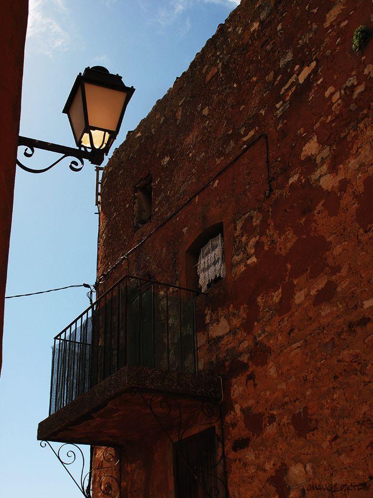 Façade d'une maison du village de #Roussillon - Ocre - Facade of a house in the village - Ocher #Luberon #provence