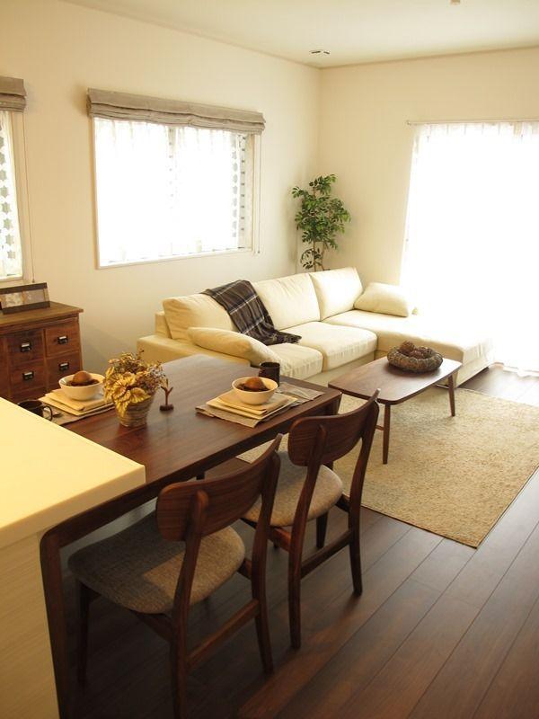『ウォールナット色の床材にウォールナット材の家具で統一したリビングダイニング空間をご紹介』