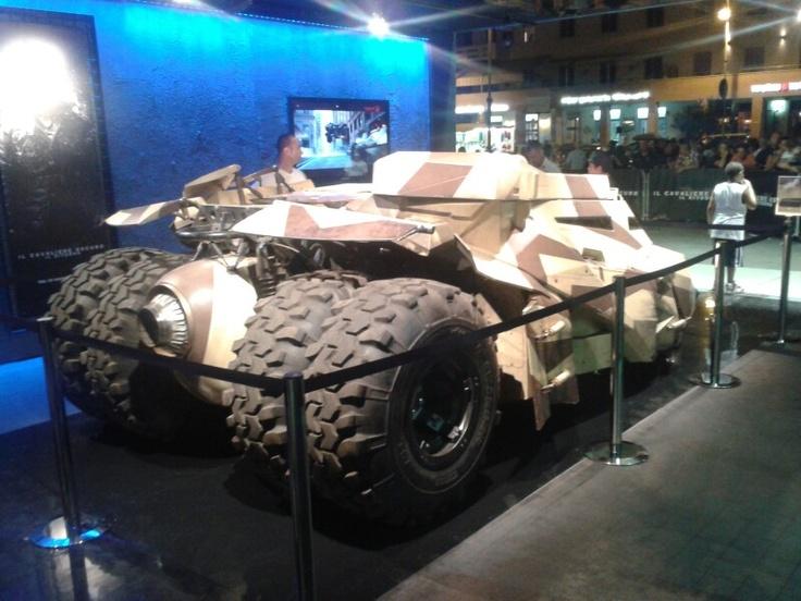 Non solo è vero, è anche funzionante.. la Batmobile esposta a Ostia per la promozione dell'ultimo film di Batman