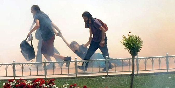 Συγκλονιστικές εικόνες από τα επεισόδια στην Τουρκία: Οι τραυματίες ανήλθαν σε εκατοντάδες, σύμφωνα με τα στοιχεία.