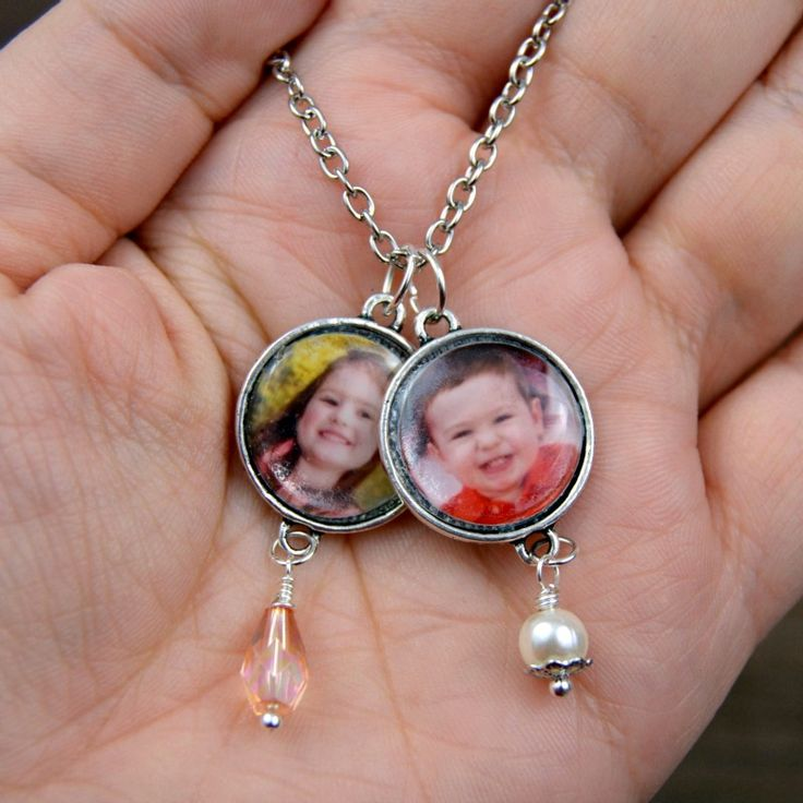 Keep special people and moments close to your heart with this easy-to-personalize photo charm necklace.