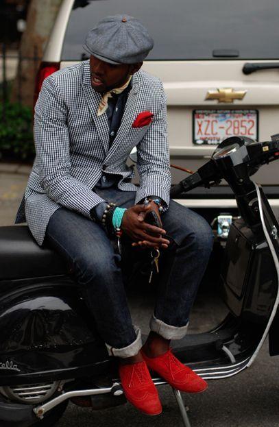 Den Look kaufen:  https://lookastic.de/herrenmode/wie-kombinieren/sakko-langarmhemd-jeans-brogues-schiebermuetze-einstecktuch-schal/7159  — Graue Schiebermütze  — Beige Seideschal  — Rotes Einstecktuch  — Dunkelgraues Langarmhemd  — Schwarzes und weißes Sakko mit Vichy-Muster  — Dunkelblaue Jeans  — Rote Wildleder Brogues