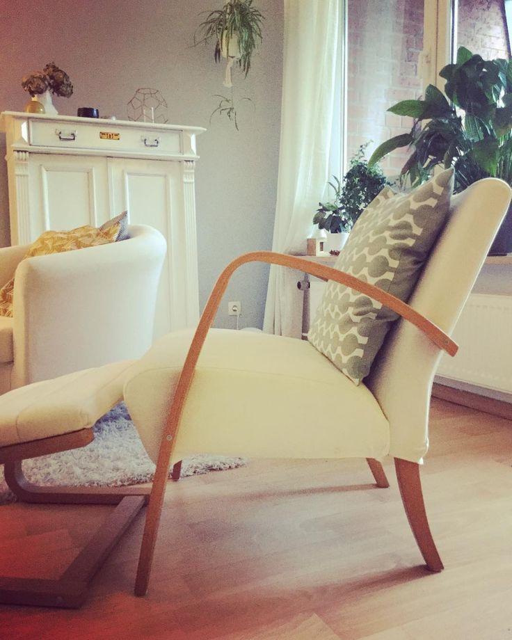 LIEBLINGSPLATZ I  Ist der neue alte Sessel von Ikea samt Hocker und Tagesthema bei @kitschcanmakeyourich. Lange gesucht da schon ewig aus dem Sortiment und nun endlich gefunden. Mein absolutes Lieblingsstück der Wohnung. Ich freue mich riesig darüber. Ein Hoch auf ebay Kleinanzeigen! Gegenüber soll zukünftig eine Leseecke entstehen aber der Bereich ist aktuell noch Abstellfläche und nicht vorzeigbar . Hast du auch so ein Lieblings-Möbelstück welches? So nun wird lecker gekocht und danach ist…