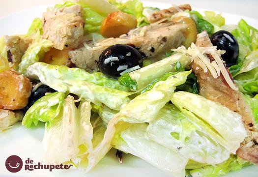 Ensalada de verano, la ensalada César o Caesar. No es la típica ensalada mixta, es una ensalada más compleja y elaborada (contiene pan, pollo y una salsa muy cremosa y suave con un toque a anchoas).