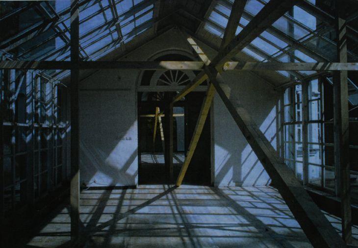 wanda czełkowska, rzeźba parkowa zamknięta czyli prosta nieskończona, (belki świerkowe średnicy 10x10 cm, śruby 16 mm, długość 45m x 5,20 wysokość), galeria oranżeria, centrum rzeźby polskiej w orońsku, 1996