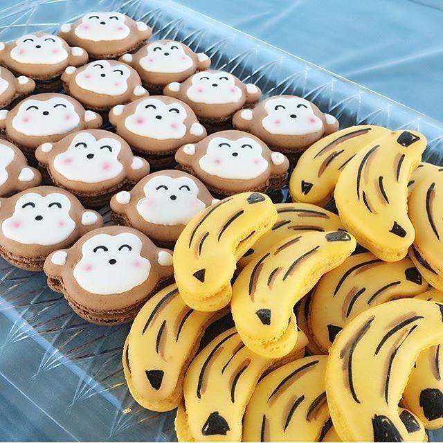 Macarons divertidos de macaco e banana, adorei! Por @korinosweets  #kikidsparty