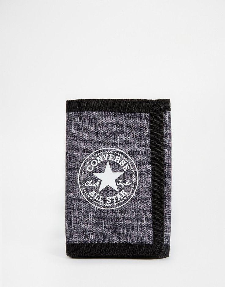 Geldbörse von Converse Textil außen Vorderseitig mit aufgedrucktem Markenzeichen mit Umschlag mehrere Münz- und Kartenfächer Innentasche mit Reißverschluss Mit feuchtem Tuch abwischen. 100% Polyester H: 12,5 cm /5 Zoll; B: 9 cm / 4 Zoll