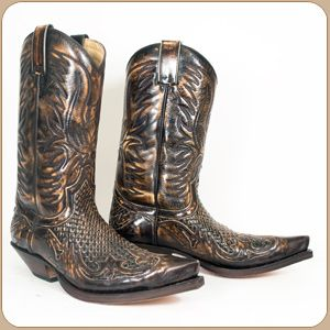 Antique brown woven leather boot with wingtip by Sendra.