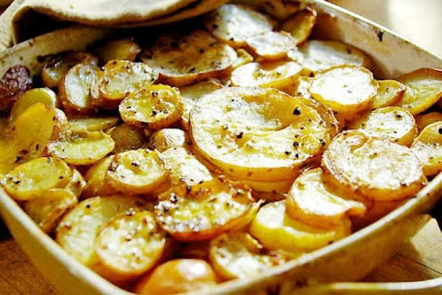 Patatas a la boulanguerie (capas de patata y cebolla en rodajas salpimentadas bañadas con caldo y nata al horno)