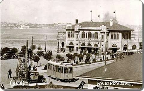 Kadıköy vapur iskelesi ve o zaman önünden geçen tramvayı.