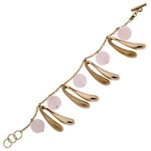 Bracciale charm in oro rosa con piccoli amuleti in oro lucido e sabbiato e particolari in quarzo rosa. Chiusura regolabile.