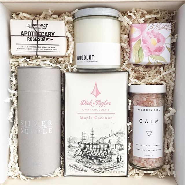 Neutrals and blush for corporate gifting with @woodlot @dicktaylorchocolate @herbivorebotanicals @paperandposies @sugarfina @hudsonmadeny @silverneedleteaco