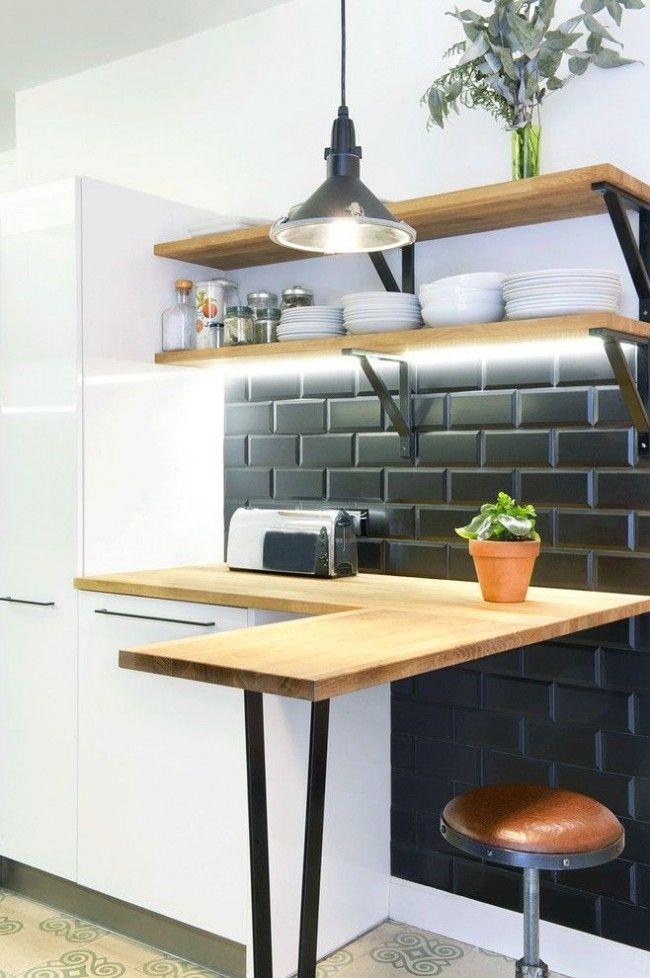 Размещение открытых полок с посудой над небольшой барной стойкой подойдет для маленькой кухни