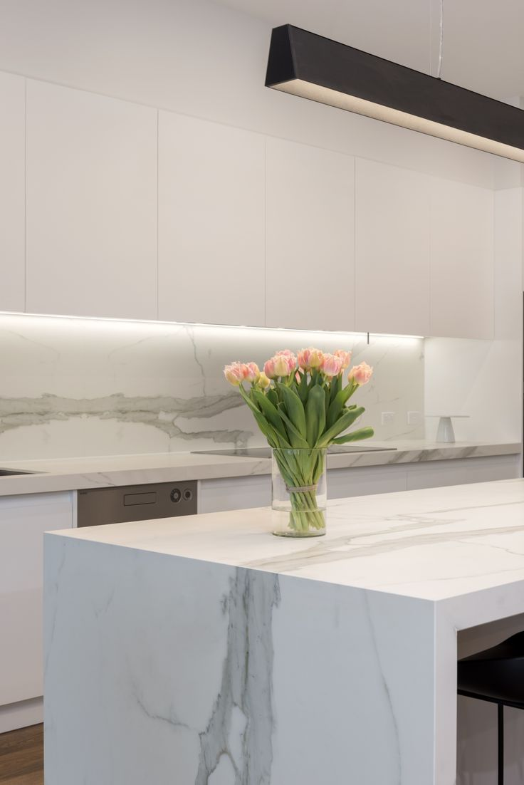 Superb Neolith Estatuario kitchen. Photo by @rachellewisphotography  #cdkstone #neolith #neolithestatuario #estatuario #sinteredcompactsurface #extraordinarysurface #scratchresistant #stainresistant #heatresistant #coldresistant #resistanttouvfading #kitchendesign #kitcheninspiration #designinspiration