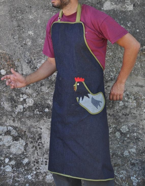 Delantal de hombre para el gallo de la casa. €35,90, via Etsy.
