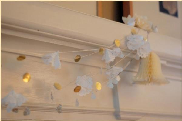 Guirlande faite de petits napperons en papier
