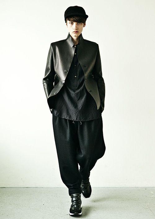 """カズユキ クマガイ(KAZUYUKI KUMAGAI)の2016-17年秋冬コレクションは、""""ルーズシルエット""""をキーに、堅苦しさを感じさせないワードローブを披露。絶妙な緩さで身体を覆っていく。特筆..."""