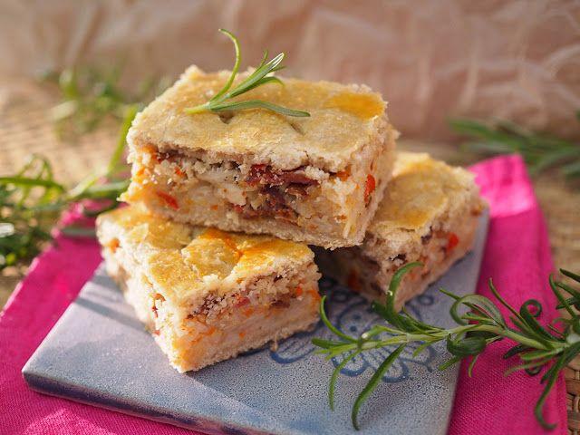 Kaalipiirakka korealaisittain eli kimchi-pekonipiirakka - Uutuustuotteemme Hapiskimchi sopii mainiosti tämän herkullisen piirakan täytteeksi (Kulinaari) #hapis #hapankaali #rasilainen #rasilaisenhapankaali