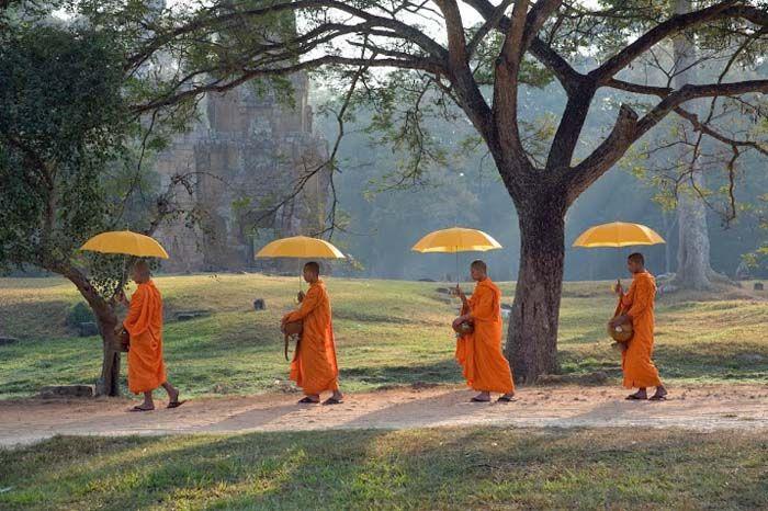 Monniken in processie nabij Ankor Wat.