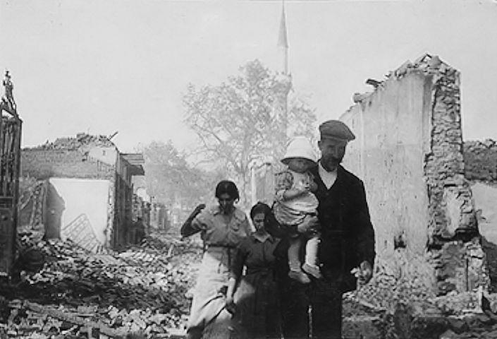 Οικογένεια στα χαλάσματα της πυρκαγιάς του 1917