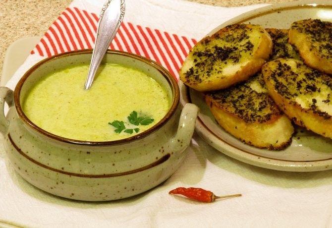 Póréhagyma-krémleves zöldfűszeres krutonnal recept képpel. Hozzávalók és az elkészítés részletes leírása. A póréhagyma-krémleves zöldfűszeres krutonnal elkészítési ideje: 40 perc