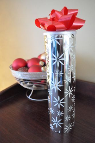 Wrap an empty Pringles can with paper and add a bow.  Great way to give cookies as gifts.  Yes, please!  #Christmas #gift #DIY #affordable