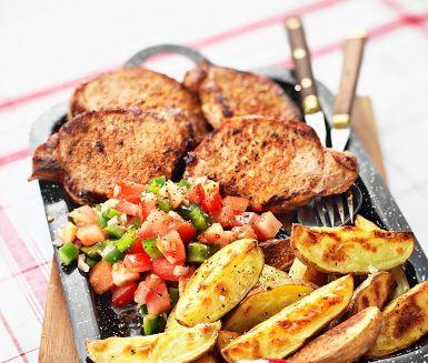 Fläskkotlett med Pico de gallosalsa är en imponerande rätt där den färgglada och smakrika salsan samsas med läckra råvaror som benfria fläskkotletter och ugnsrostad klyftpotatis. Ett tilltalande och njutbart recept som fungerar perfekt till festen eller bjudningen!