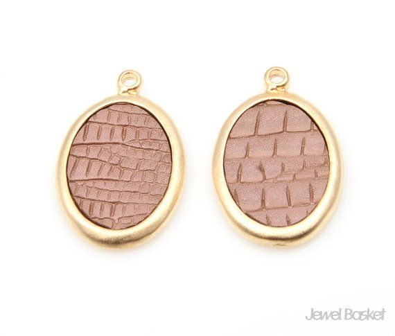 Brown Leather Oval Pendant in Matte Gold Frame   - Matte Gold Plated (Tarnish Resistant) - Artificial Leather and Pewter  - 15.5mm x 24.5mm - 4pcs / 1pack