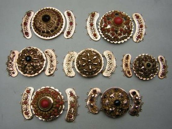 Diverse sloten met granaten.  Different slots from traditional Dutch costume, made from silver and gold with granats and red coral.