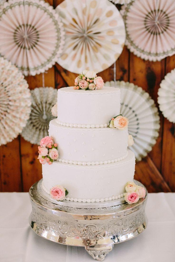 Hochzeit Gut Schwarzerdhof Hochzeitstorte mit echten Blumen Theresa Povilonis Photography