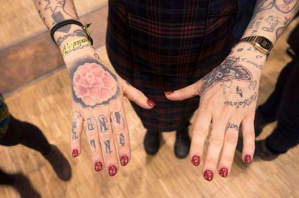 Gwladys s'amuse de ses mains au salon du tatouage 2016.